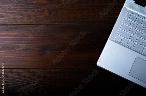 ordenador portatil sobre una mesa de madera rústica фототапет