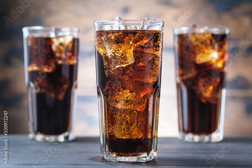 Fotografía Three cola glass with ice cubes and bubbles. Cold sweet drink