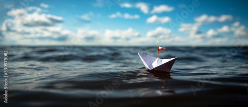 Papiershiff auf dem weiten Meer Fototapete