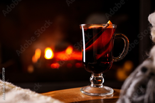 Photo Tasty mulled wine and blurred fireplace on background