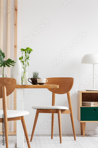 Trendy white and wood dining room design in stylish apartment Fototapete