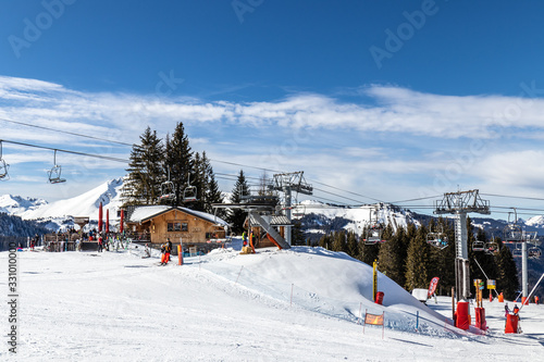 Valokuva View of the bar in the arrival of the cable cars in the ski area of Morzine - Fr