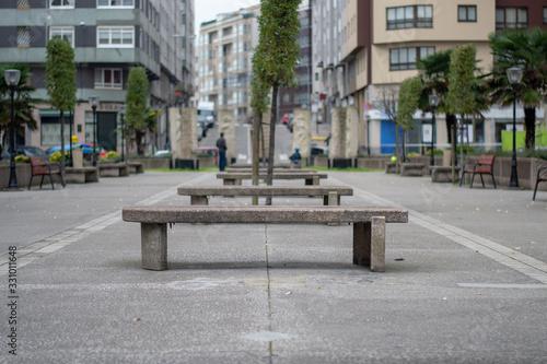 Photo hilera de bancon y arboles en la ciudad de la coruña