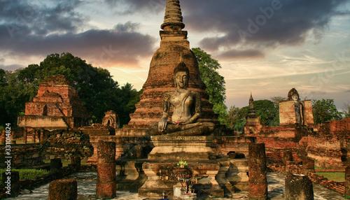 Obraz Temple de Thaïlande avec ses statues et stupas - fototapety do salonu
