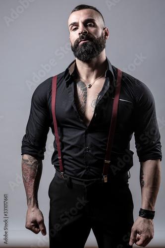 Photo Ragazzo barbuto con Tatuaggi in tutto il corpo, vestito con camicia nera e brete