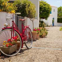 Vélo Rouge Dans Les Rues De N...