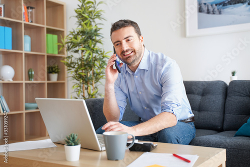 mata magnetyczna Home office, man working from home portrait