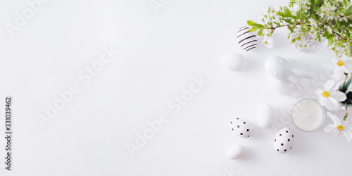 Photographie Flat lay easter composition with spring flowers in a vase and easter eggs on a l