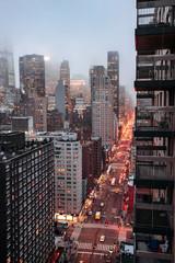 Panel Szklany Nowy York New York city skyline with foggy sky, night lights and traffic