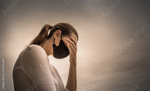 Photo Stressed female wearing protective face mask