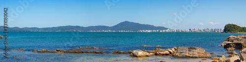 Fényképezés Vista panorâmica da Praia de Itapema, mar e rochas num dia de sol