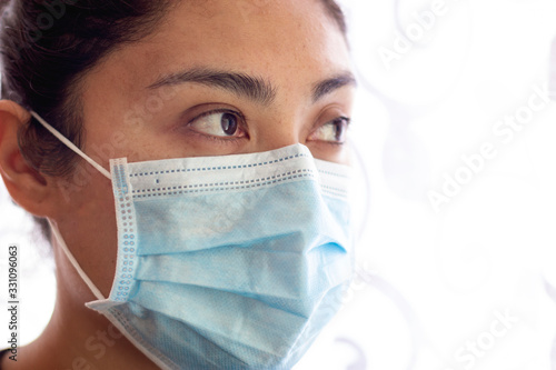 Fotografiet Paciente femenino mexicano con síntomas de gripe con mascarillas