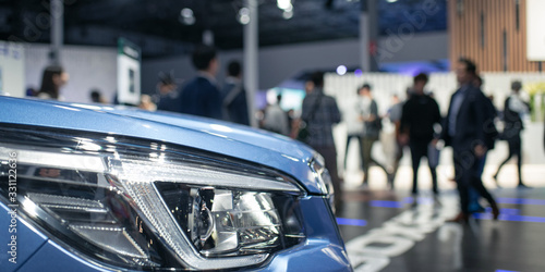 Fotografía Car and blurred people in motor show exhibition, car dealership showroom 車の展示会 モ