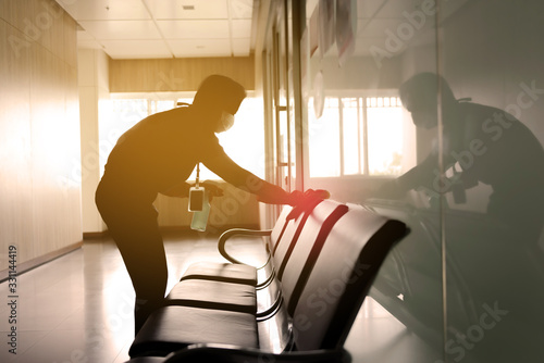 Fotografía blurred image of housekeeper cleaning service working at office