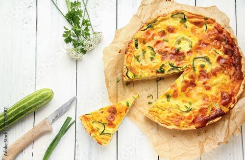 Fototapeta Stück Zucchini Quiche Tisch Brett overhead Herbst obraz