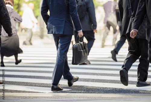 Fototapeta 横断歩道を渡るビジネスマン obraz