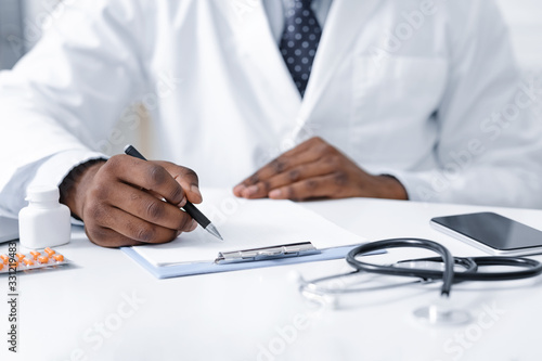 Close up of african doctor prescribing pills to patient Canvas-taulu
