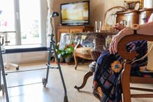 Personne âgée à Domicile Dans Son Salon Avec Déambulateur Et Télé Alarme