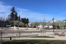 Espace Vert à Genas - Jardin Public Entre La Rue De La République Et La Rue De La Liberté - Ville De Genas - Département Du Rhône - France - Vue De L'extérieur