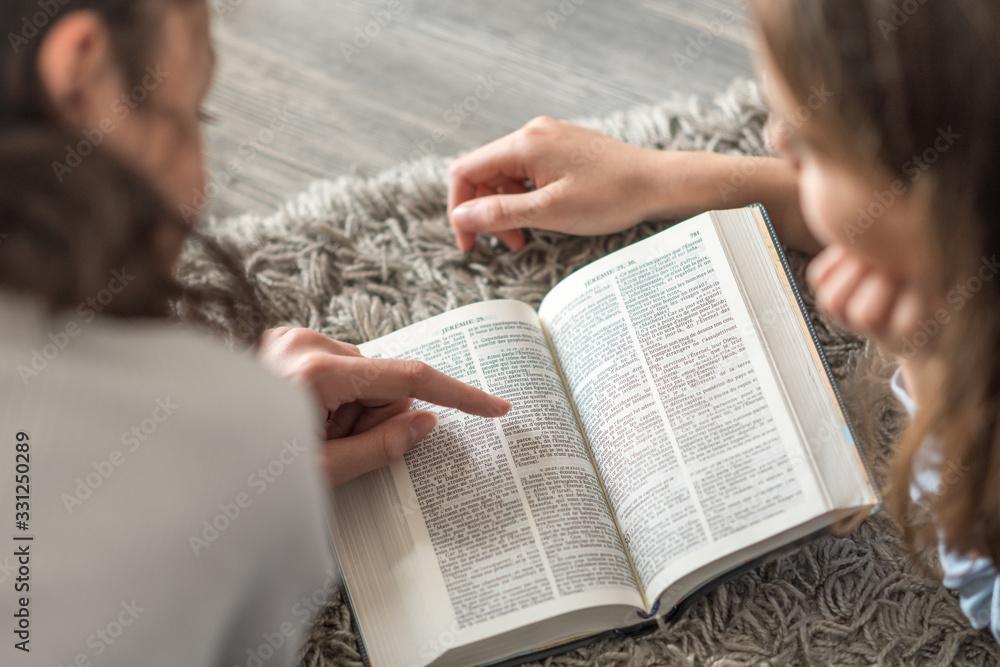 Fototapeta Enfants lisant la Bible