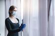 Frau unter Ausgangssperre in der Corona Virus Krise
