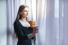 Frau Steht Mit Kaffee Allein A...