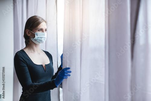Fotografie, Obraz Frau unter Ausgangssperre in der Corona Virus Krise