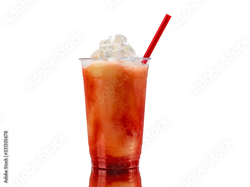 Photo Soft frozen strawberry lemonade smoothie or blended cocktail in a plastic cup with whipped cream
