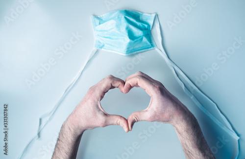 Obraz na plátně Coronavirus covid-19 simbolo del cuore da un medico per dare speranza alla popolazione