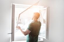 Freundlicher Handwerker Montiert Insektenschutzgitter Bei Einem Kunden Zu Hause