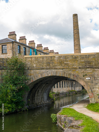 Foto The Leeds and Liverpool Canal is a canal in Northern England, linking the cities of Leeds and Liverpool