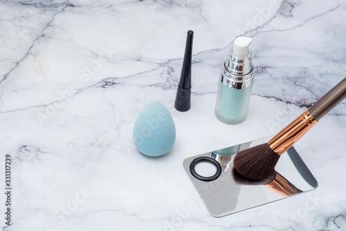 Brocha de maquillaje con paleta para aplicar y cosmeticos sobre una base de márm Wallpaper Mural