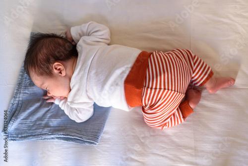 Photo Bebé pequeño dormido en cuna