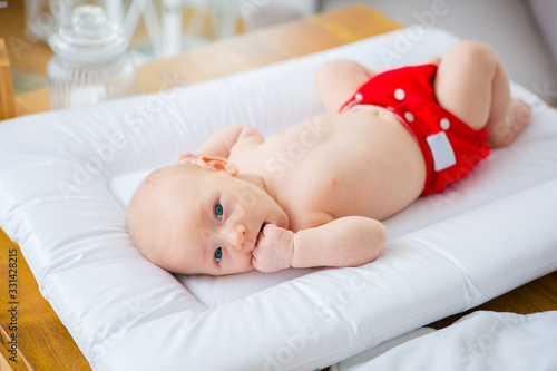 Photographie Mother changing reusable diaper or nappy