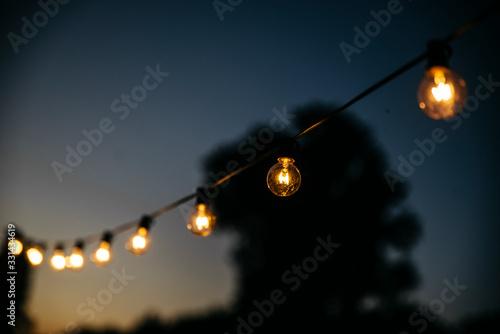 Fototapeta Lichterkette Glübirne bei Nacht obraz