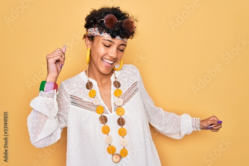 Fotografía Young beautiful african american afro hippie woman wearing sunglasses and access