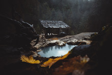 Heiße Quelle Mit Kleiner Holz...
