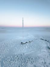 Haus Mit Großem Sendemast In Verschneiter Landschaft Umrundet Von Verschneiten Bäumen Auf Hügel Und Nebel Im Hintergrund Am Polarkreis.