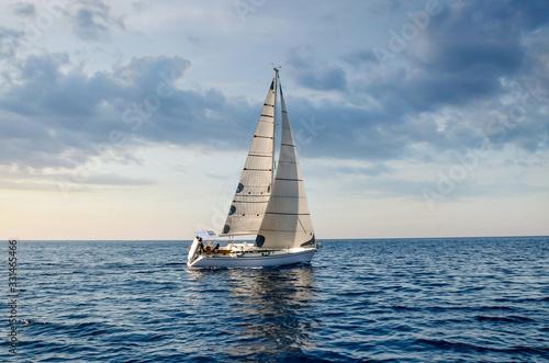 Foto close-up sailboat sailing under a beautiful sunset