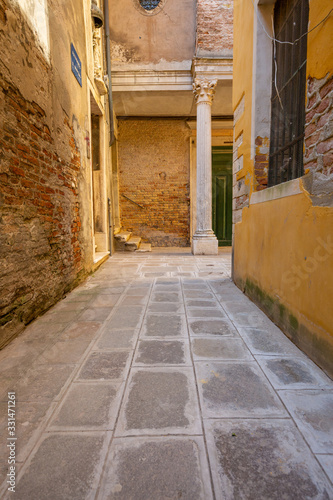 Deserted alley in the old district of Venice Fototapete