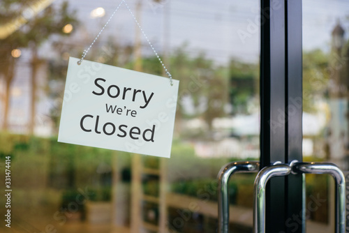 Fotografía sorry we are closed sign hanging outside a restaurant, store, office or other