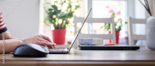Foto Frau benutzt Laptop zu Hause, Home office Quarantäne, Ausgangssperre, Online Bus