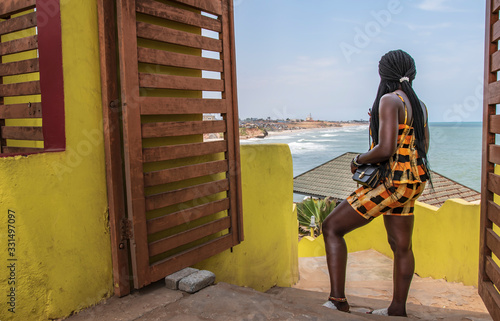 Photo Africa woman looks out over the city of Accra in Ghana