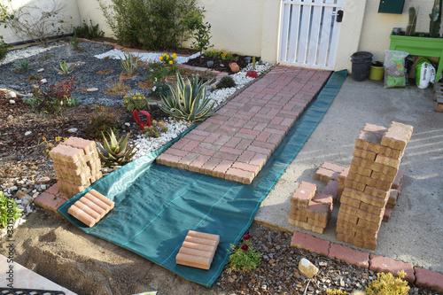 Jardinage : création d'une allée en pavés autobloquants. Canvas Print
