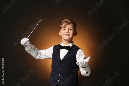 Photo Little conductor on dark background