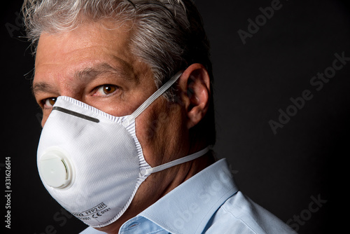 Photo man wearing a professional ffp2 mask against virus