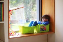 Ein Vierjähriger Junge Sitzt ...