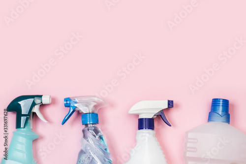 Photo Productos de limpieza, Botellas de detergente pulverizador sobre fondo liso rosa aislado