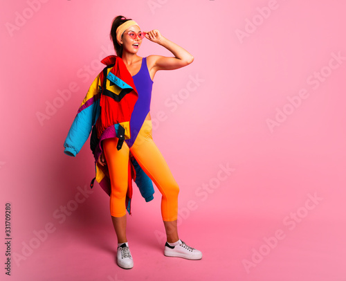 Fotomural Full length fashion portrait of young trendy woman in cap and jeans looking away