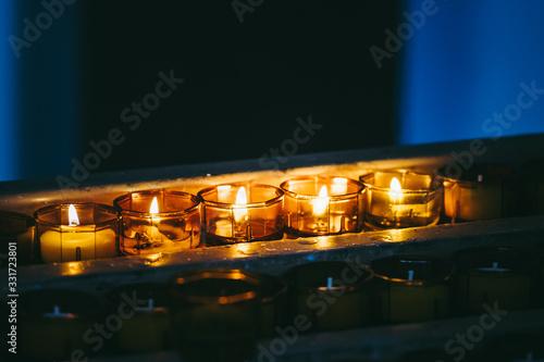 Fényképezés Bougies allumées en prière dans une église